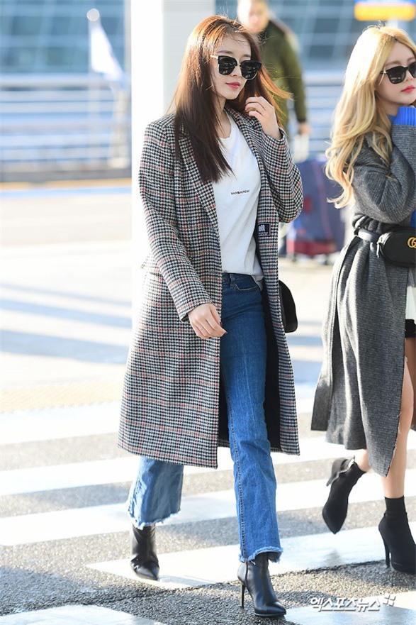 Áo khoác dáng dài năm nào cũng hot, nhưng để mặc đẹp và thật hợp mốt thì phải học tập các idol Hàn này - Ảnh 2.