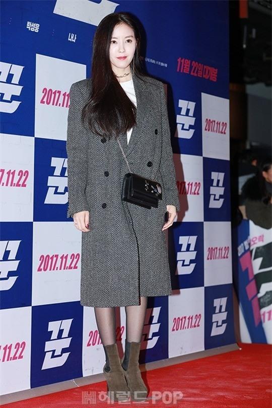 Áo khoác dáng dài năm nào cũng hot, nhưng để mặc đẹp và thật hợp mốt thì phải học tập các idol Hàn này - Ảnh 4.