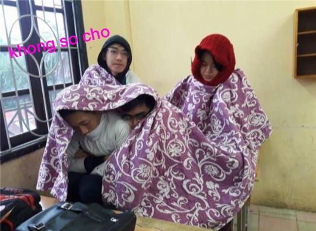 Miền Bắc trở lạnh, học sinh thi nhau vác chăn đi học cho bằng bạn bằng bè
