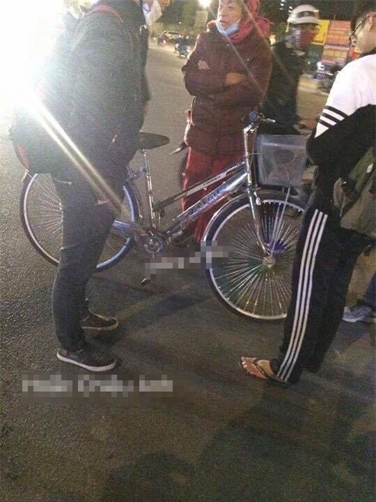 Vụ tai nạn hài hước trên phố Hà Nội: SH vỡ đầu xe, xe đạp vẫn lành lặn - Ảnh 2.
