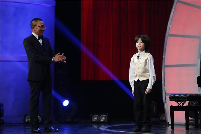 Cậu bé 8 tuổi khiến MC Lại Văn Sâm sửng sốt với màn bịt mắt chơi nhạc hay thần sầu-1
