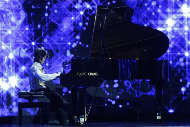 Cậu bé 8 tuổi khiến MC Lại Văn Sâm sửng sốt với màn bịt mắt chơi nhạc hay thần sầu-3