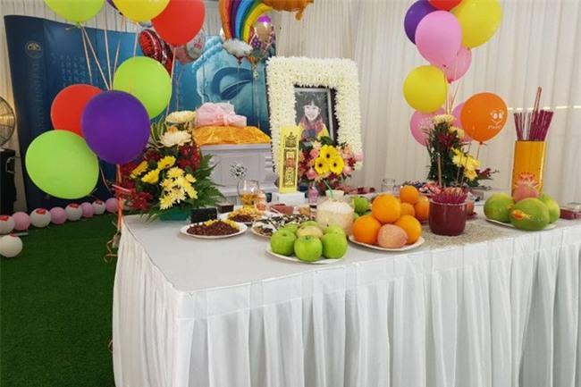 Đứng giữa tang lễ đầy màu sắc, mẹ quyết đòi lại công bằng cho con gái 4 tuổi qua đời vì tai nạn thảm khốc - Ảnh 1.