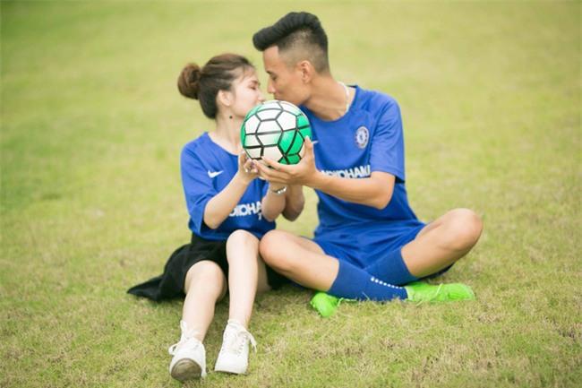 Thiệp cưới của cặp đôi cuồng Chelsea gây tò mò vì như vé xem bóng đá  - Ảnh 1.