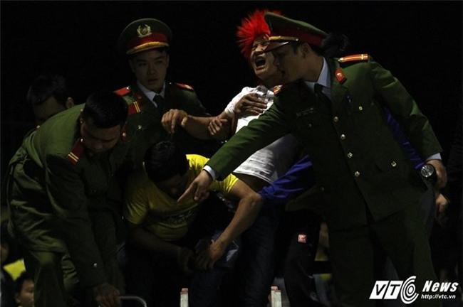 Video: Xe cứu hỏa giải cứu CĐV Thanh Hóa bị cọc sắt đâm xuyên chân - Ảnh 3.