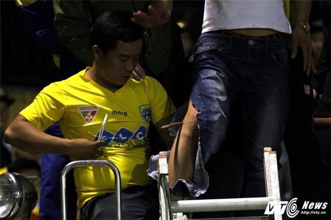 Video: Xe cứu hỏa giải cứu CĐV Thanh Hóa bị cọc sắt đâm xuyên chân - Ảnh 4.