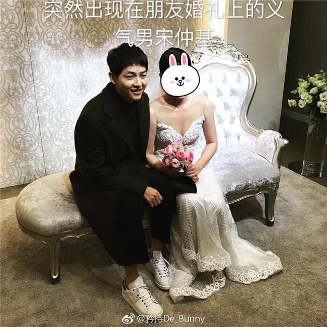 Gần 1 tháng sau kết hôn, Song Joong Ki béo ra trông thấy, xuất hiện rạng rỡ tại đám cưới người bạn thân - Ảnh 1.