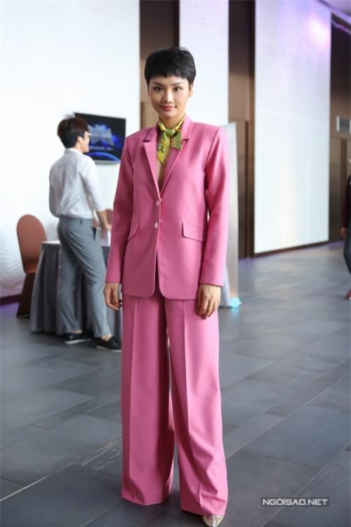 Miu Lê càng ngày càng khác lạ từ gương mặt cho đến gu thời trang xấu thảm-5