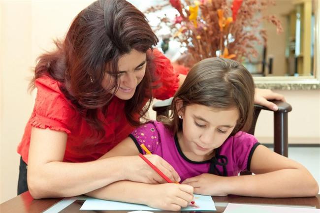 3 việc làm rất nhiều bố mẹ mắc phải khiến con tự ti, nhút nhát - Ảnh 2.