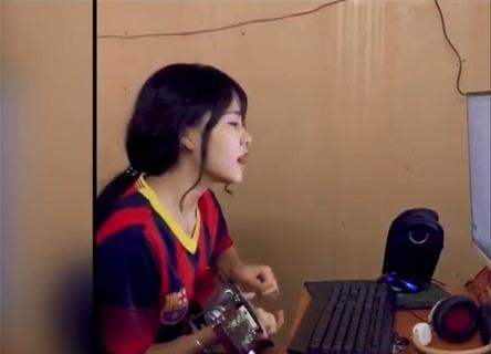 500 anh em vội 'xin link' hot girl Barca vừa đàn vừa hát trong quán net - Ảnh 2.