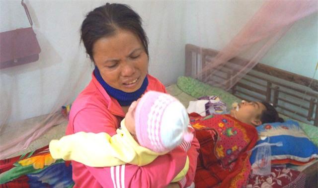 Rơi nước mắt trước cảnh con 3 tháng tuổi khát sữa bên người mẹ sắp lìa trần
