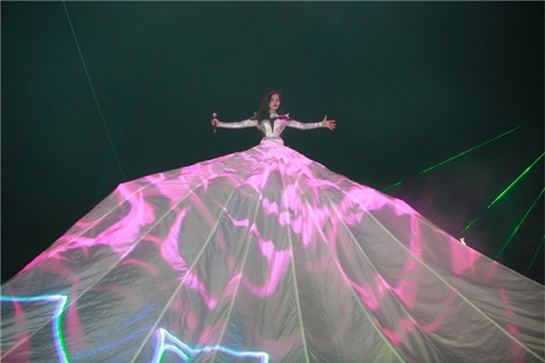 Những bộ váy phát sáng từng ghi dấu trong lịch sử thời trang-11
