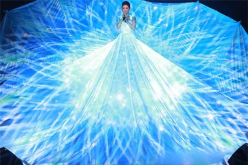 Những bộ váy phát sáng từng ghi dấu trong lịch sử thời trang-2