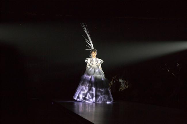 Những bộ váy phát sáng từng ghi dấu trong lịch sử thời trang-4