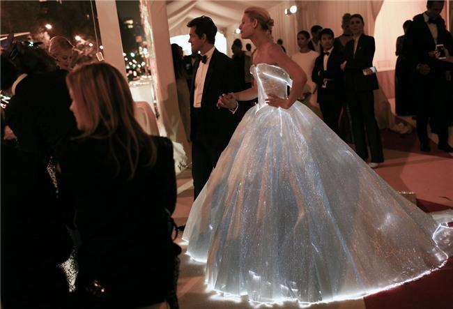 Những bộ váy phát sáng từng ghi dấu trong lịch sử thời trang-7