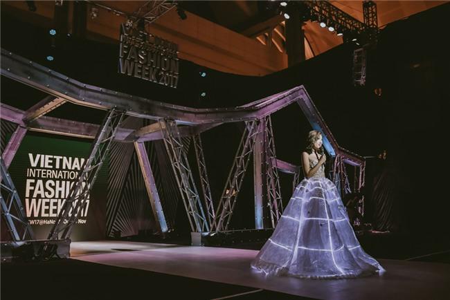 Những bộ váy phát sáng từng ghi dấu trong lịch sử thời trang-8