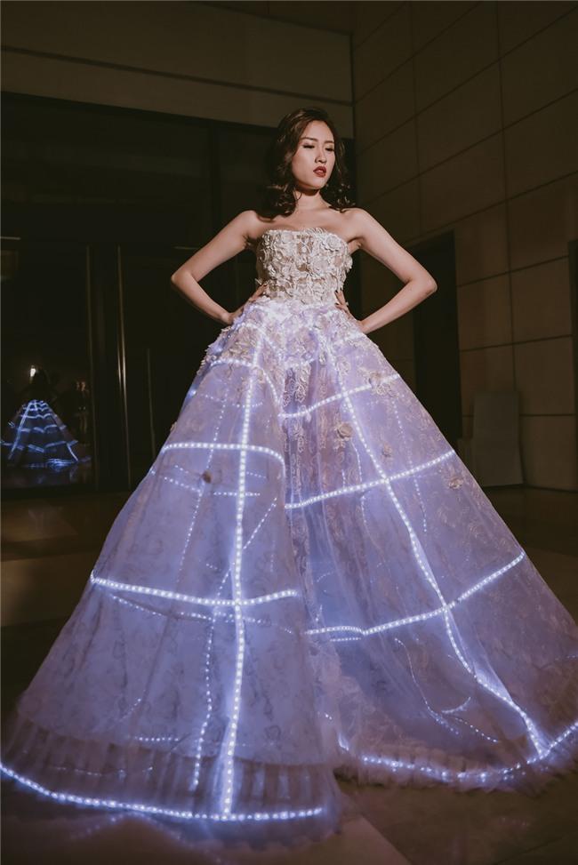 Những bộ váy phát sáng từng ghi dấu trong lịch sử thời trang-9