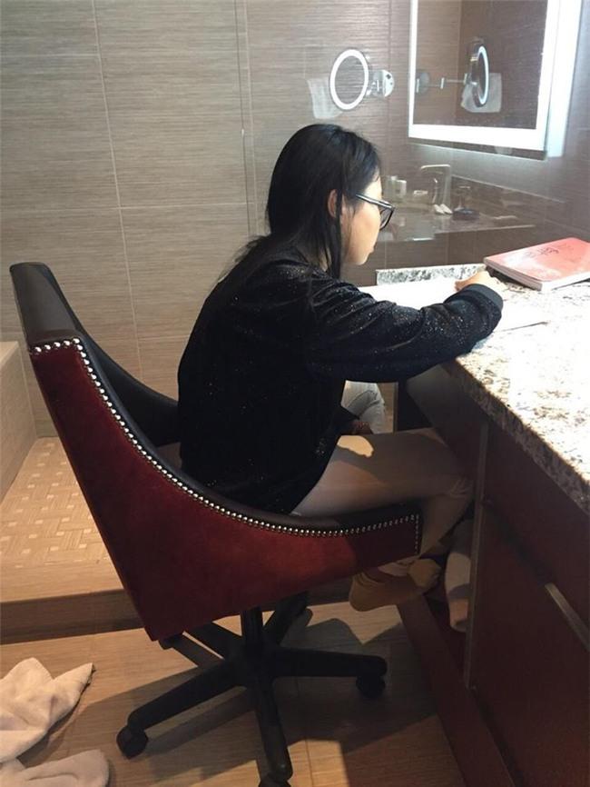 Bức ảnh Phương Mỹ Chi ngồi học bài trong toilet khách sạn tại Mỹ gây xôn xao-1
