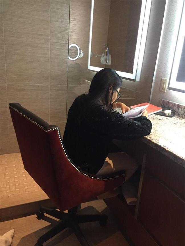 Bức ảnh Phương Mỹ Chi ngồi học bài trong toilet khách sạn tại Mỹ gây xôn xao-2