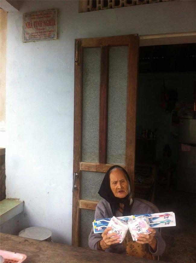 """Cụ bà 107 tuổi nhận """"quà cứu trợ lũ lụt"""" là… 2 gói băng vệ sinh gây xôn xao: Chính quyền địa phương nói gì?! - Ảnh 1."""