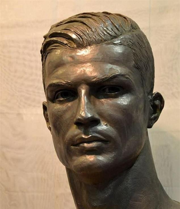 Cuối cùng, tượng điêu khắc Ronaldo cũng đẹp trai hơn - Ảnh 1.