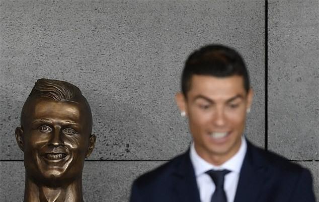 Cuối cùng, tượng điêu khắc Ronaldo cũng đẹp trai hơn - Ảnh 2.