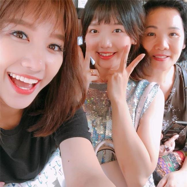 Hari Won vui vẻ chụp hình cùng em gái và mẹ ruột. - Tin sao Viet - Tin tuc sao Viet - Scandal sao Viet - Tin tuc cua Sao - Tin cua Sao