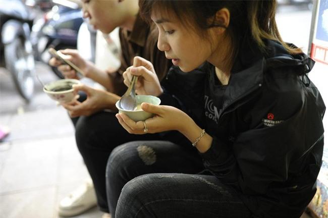Bánh trôi tàu nhà bác Phạm Bằng mở lại: Đúng vị xưa và đã giảm ngọt hơn trước - Ảnh 6.