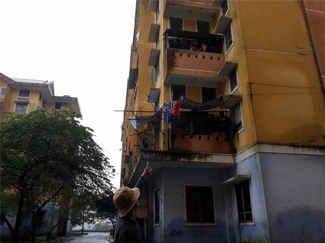 Huế: Bé gái 4 tuổi rơi từ cửa sổ tầng 3 chung cư, trên tay vẫn nắm chặt con búp bê - Ảnh 1.
