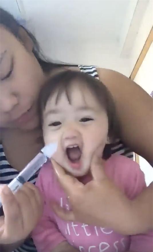 Clip mẹ rửa mũi cho con: cứ tưởng tranh cãi gay gắt, ai ngờ lại gây sốt vì lý do này - Ảnh 2.