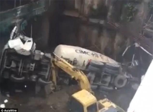 Clip: Xe trộn bê tông 80 tấn rơi xuống hố móng sâu 7m, người xung quanh chạy bắn ra xa - Ảnh 1.