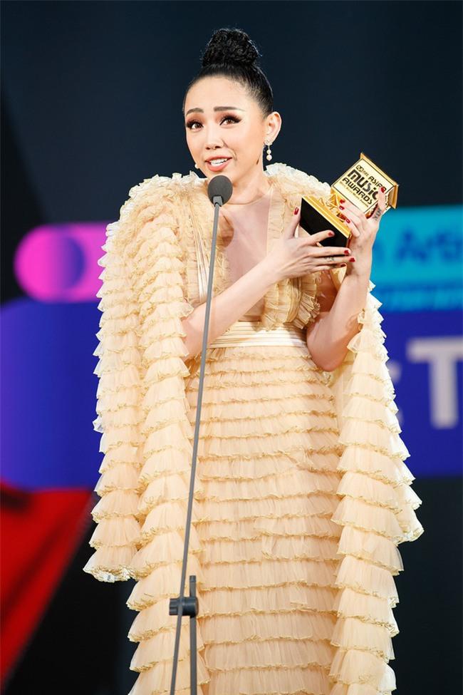 Tung bộ ảnh mới, Kỳ Duyên vô tình tạo nên màn tranh đấu váy áo với cả Tóc Tiên và Hari Won - Ảnh 4.