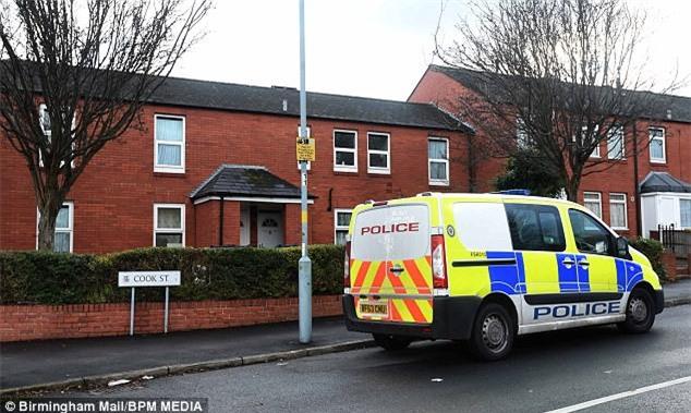 Cậu bé 7 tuổi bị nhốt ngoài trời lạnh cóng đến chết, mọi nghi ngờ của cảnh sát đều đổ dồn về người mẹ - Ảnh 2.
