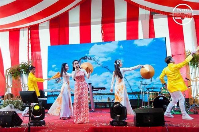 Đám cưới khủng ở Đồng Nai: Cô dâu vàng đeo trĩu cổ, rước dâu bằng xe Bentley và mời cả ca sỹ Cẩm Ly về hát - Ảnh 5.