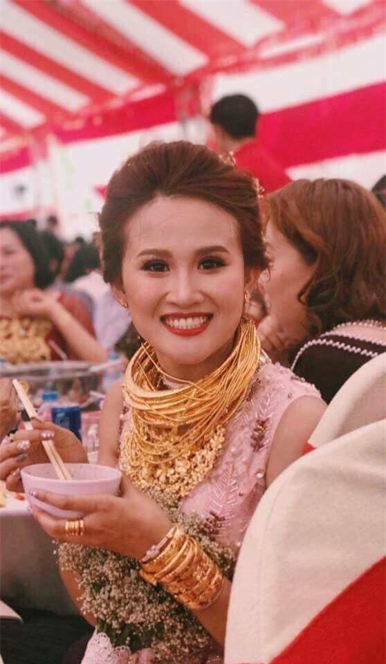 Đám cưới khủng ở Đồng Nai: Cô dâu vàng đeo trĩu cổ, rước dâu bằng xe Bentley và mời cả ca sỹ Cẩm Ly về hát - Ảnh 8.