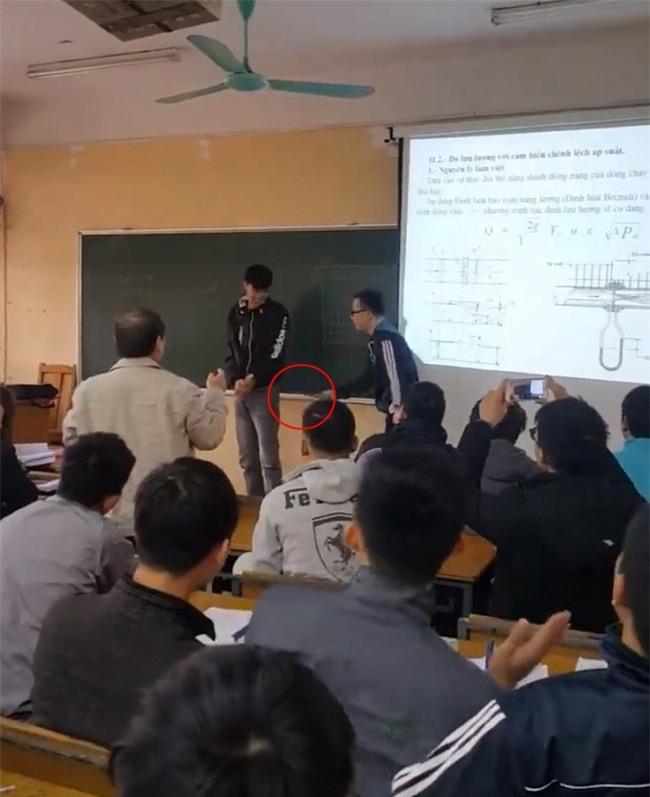 Sinh viên ĐH Xây dựng ăn roi trước lớp, thầy giáo quay lại clip cho nhớ đời! - Ảnh 2.