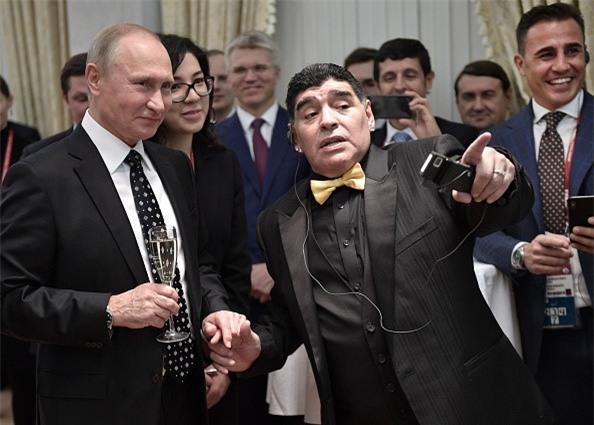 Vì sao Diego Maradona luôn đeo 2 đồng hồ trong các sự kiện lớn?-7
