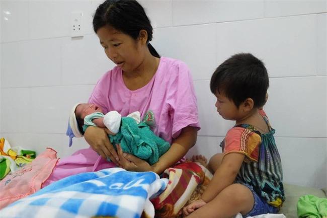 TP.HCM: Chồng đi làm không về, sản phụ đẻ rớt con trong hố nước nhà vệ sinh lúc nửa đêm - Ảnh 1.