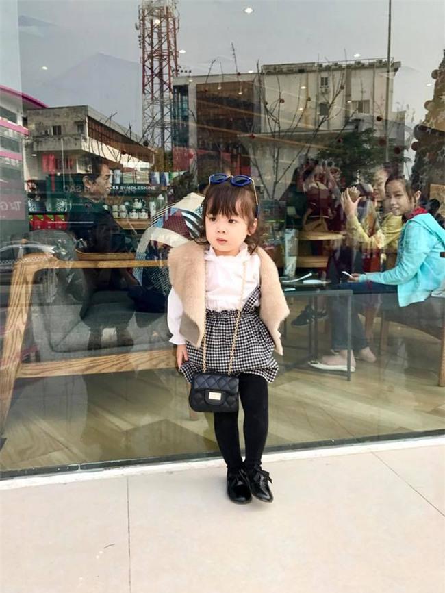 Bà cụ non 3 tuổi tái xuất với màn bảo vệ ba từ nhà ra ngõ không thể yêu hơn-2