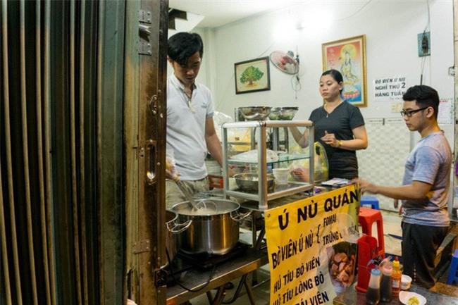 Có gì trong tô bò viên khổng lồ ở quán lề đường Sài Gòn, giá 200 ngàn, 6 người ăn no mới hết? - Ảnh 2.
