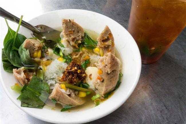 Có gì trong tô bò viên khổng lồ ở quán lề đường Sài Gòn, giá 200 ngàn, 6 người ăn no mới hết? - Ảnh 5.