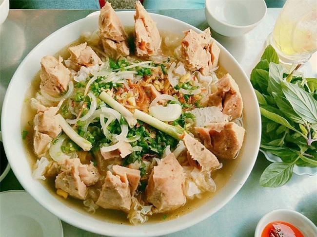 Có gì trong tô bò viên khổng lồ ở quán lề đường Sài Gòn, giá 200 ngàn, 6 người ăn no mới hết? - Ảnh 9.