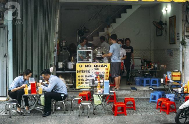 Có gì trong tô bò viên khổng lồ ở quán lề đường Sài Gòn, giá 200 ngàn, 6 người ăn no mới hết? - Ảnh 10.