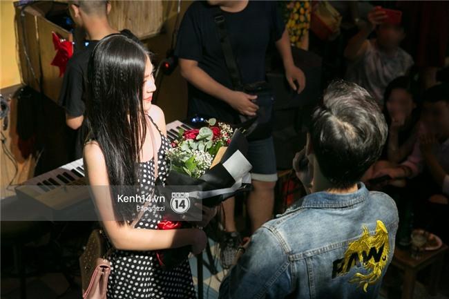 Clip: Chúng Huyền Thanh bất ngờ được bạn trai cầu hôn giữa phố Tây - Bùi Viện - Ảnh 5.