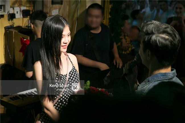 Clip: Chúng Huyền Thanh bất ngờ được bạn trai cầu hôn giữa phố Tây - Bùi Viện - Ảnh 6.
