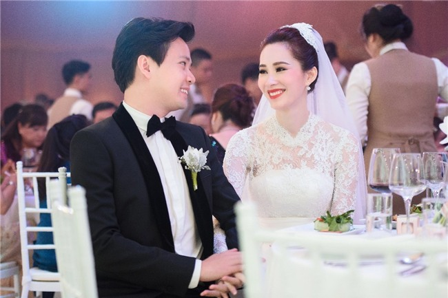Đặng Thu Thảo lần đầu xuất hiện hạnh phúc bên ông xã sau đám cưới cổ tích - Ảnh 2.