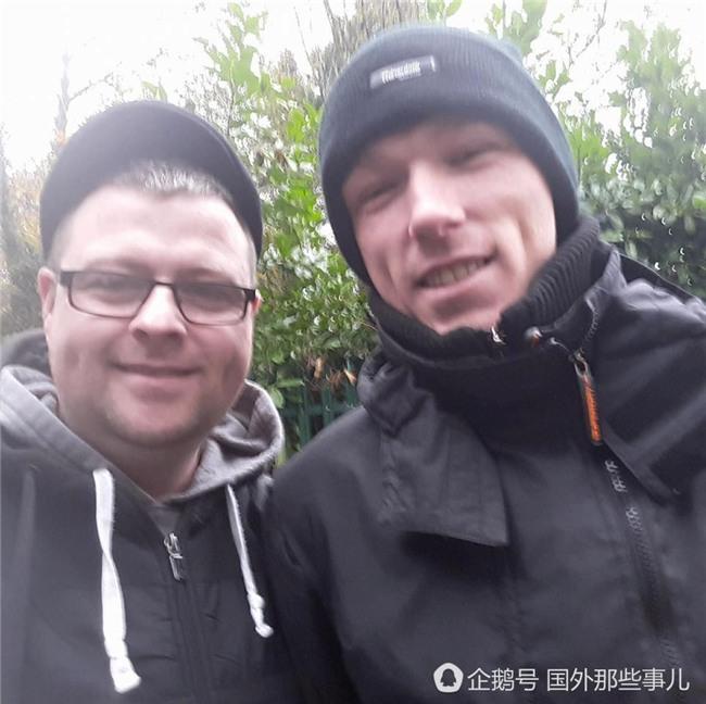 Mời một người vô gia cư cùng hút điếu thuốc, người đàn ông rưng rưng nước mắt khi biết đó là ai - Ảnh 2.
