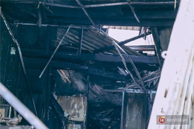 Cận cảnh hiện trường vụ cháy kinh hoàng ở Sài Gòn: Cảnh sát PCCC buồn đau vì không cứu được 3 mẹ con - Ảnh 13.