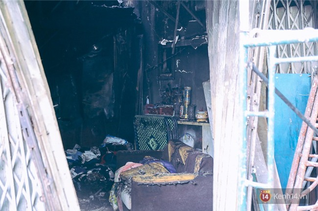 Cận cảnh hiện trường vụ cháy kinh hoàng ở Sài Gòn: Cảnh sát PCCC buồn đau vì không cứu được 3 mẹ con - Ảnh 19.