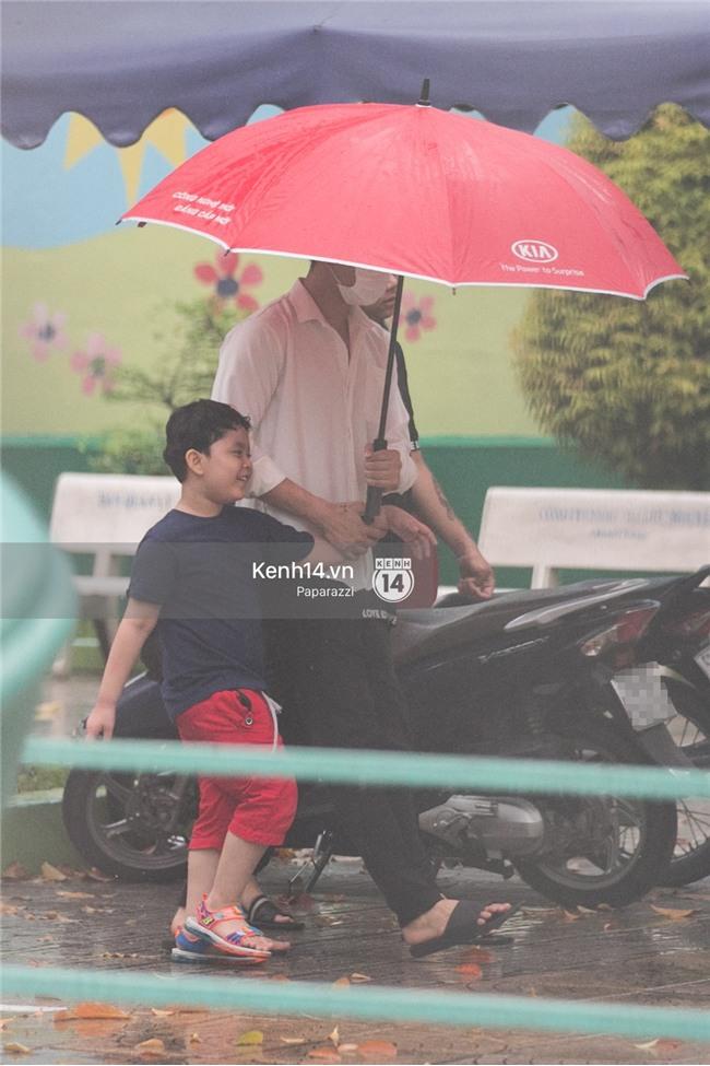 Độc quyền: Im lặng giữa tâm bão scandal, Trương Quỳnh Anh ở nhà chờ Tim đón con trai đi học về - Ảnh 1.